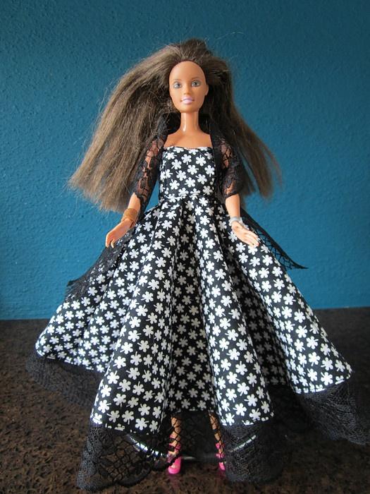 Leuke barbie jurk zwart/wit bloemetje