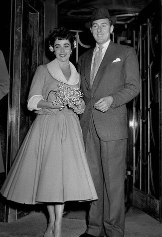 21st February 1952. Caxton Hall Registery Office, London. The wedding of film stars Michael Wilding and Elizabeth Taylor.