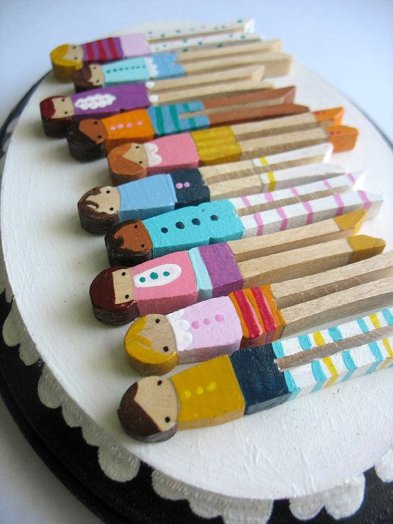 Handmade wooden folk art mini clothespin dolls plaque for Mini clothespin craft ideas