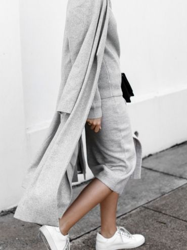 On ne se lasse pas du tandem total look gris/baskets blanches ! (Look Witchery - blog Modern Legacy) - Tendances de Mode