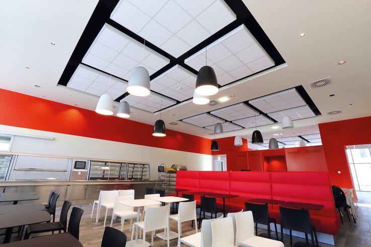 Stołówka w siedzibie firmy Eldor, Armstrong, sufity podwieszane, ceiling, sufit akustyczny, acoustic, AXIOM C Canopy, PERLA OP