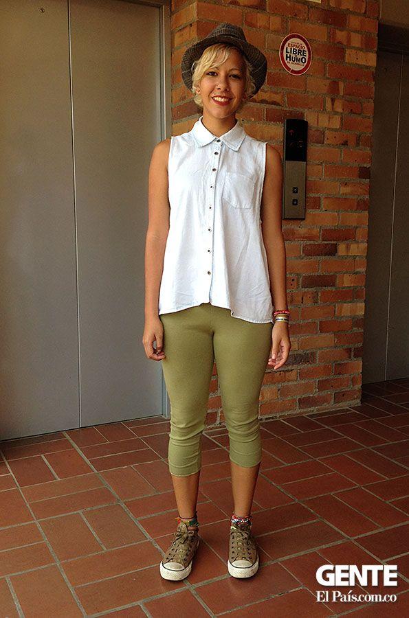Nathalie Pacheco, nos muestra un estilo más extremo, con pantalones de un tono verde crema y una blusa blanca sabe combinar sus accesorios con una boina que le da un toque trendy. No dejando pasar los tradicionales Converse. http://elpais.com.co/