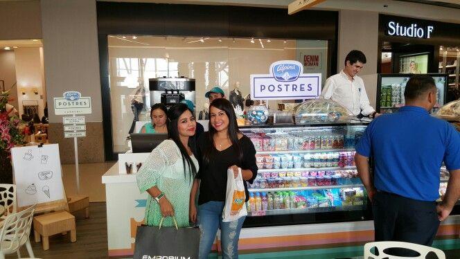 Consumidores felices viviendo la experiencia de Alpina postres