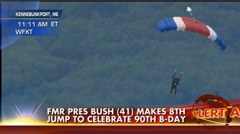Ex-president Bush sprint met parachute op 90ste verjaardag