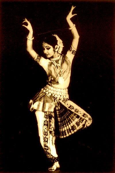 Aquesta és una imagen de Google, d'autor, títol, data, Localització i estil desconegut. Aquest tipus de ball grupal fusiona la dansa clàssica índia, danses folklòriques del país, jazz, hip-hop, salsa, etc.