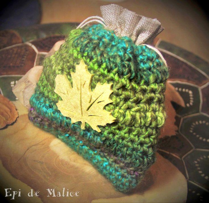 Petite bourse féerique, hippie, bohème, forestière crochetée verte avec feuille en feutre, élégante et raffinée : Autres sacs par epi-de-malice