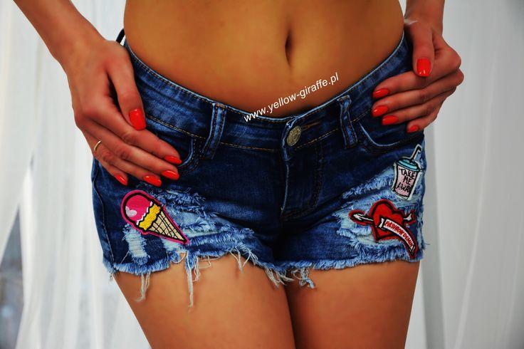 Wyjątkowe i niepowtarzalne krótkie dżinsowe spodenki z najmodniejszymi w tym sezonie naszywkami. Sportowego i oryginalnego designu dodają im przetarcia oraz postrzępione nogawki.  Dostępne rozmiary XS S M L    #yellowgiraffepl #szorty #cieplo #ćwieki #jeansy #jeans #spodnie #krótkie #spodenki #summer #me #sun #wakacje #nice #butik #instashop #instafashion #style #glam #rock #glamrock #stylizacje #sexy