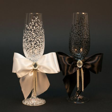 Personalisierte Hochzeit Gläser aus der Sammlung LACE wird dekoriert mit Hand (mit Spitzen Muster schwarz & weiß, handgemalt, satin Bänder und Crystal