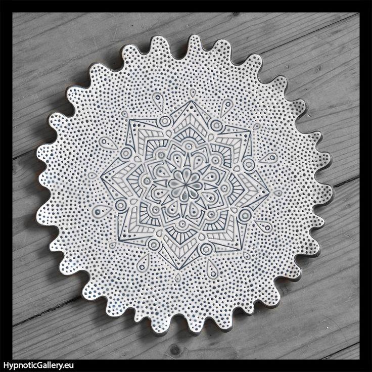 Ceramic platter with grey mandala. Ceramiczna patera z szarą mandalą.
