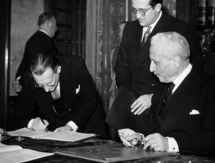 The Italian President of the Council Alcide De Gasperi countersigning the Constitution, observed by the Preident of the Italian Republic Enrico De Nicola. Rome, 27 December 1947 MONDADORI PORTFOLIO