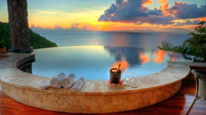 Bestil champagne og nyd den til solnedgangen fra poolkanten