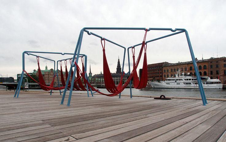 Off Ground es un proyecto que desde el uso de materiales reciclados reestructura la forma de pensar el acto de jugar en el espacio público