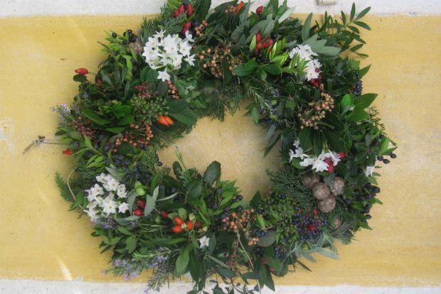 Γιατί πρέπει το χριστουγεννιάτικο στεφάνι μας να είναι αγοραστή απομίμηση των αγγλοσαξονικών; Με μηδέν έξοδα και λίγο κόπο μπορούμε να φτιάξουμε ένα στεφάνι με τα άγρια φυτά της Μεσογείου που αφθονούν στην ελληνική εξοχή. Τέτοια εποχή οι θάμνοι είναι καταπράσινοι και καρποφορούν.