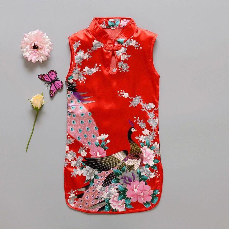 Rode Chinese jurk met 1 knoopsluiting op de hals. Smal model met rittsluiting onder de oksel in het zijpand. 100% polyester zonder stretch.  Model: Mulan