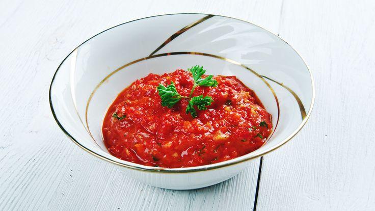 この真っ赤な色は、唐辛子か?それともトマト?そのどちらでもないんです。これは赤いパプリカを塩漬けした「マッサ」。ポルトガルではポピュラーな調味料で、味噌やマヨネーズのように野菜をディップしたり、お肉を漬け込んだりと、応用力のあるポルトガル人のチカラの源。これが、どんな素材にも合うんですよね。〈材料〉赤パプリカ:2個オリーブオイル:大さじ2塩:大さじ1パプリカを8等分にカットしたらボウルに入れ...