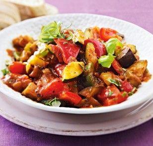 Klassisches Ratatouille Rezept: Zucchini,Aubergine,Tomaten,Zwiebeln,Paprikaschote,Knoblauchzehe,Basilikum,Thymian,Oregano,Rosmarin,Olivenöl,Tomatenmark,Pfeffer