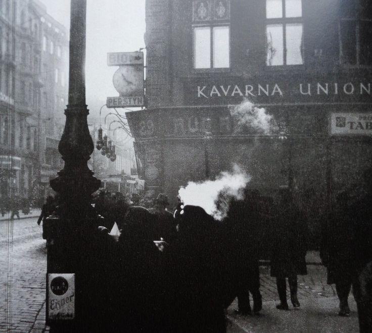Kavárnu Union Na Perštýně již dneska nenajdeme, místo ní stojí Dům knihy Albatros. Takto atmosféru ulice zachytil v padesátých letech fotograf Ladislav Sittenský.