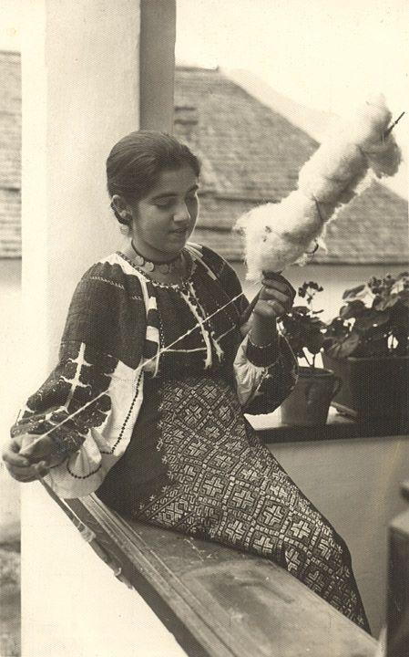 Rucar Girl Spinning Postcard Fată torcând din Rucăr - Muscel Foto orig. J. Fischer, Sibiu, 1941