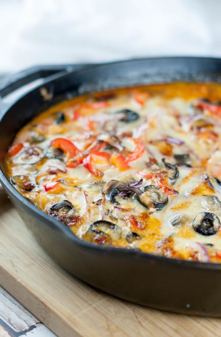 Crustless Skillet Pizza | Low-Carb, Primal, GAPS diet - This one pan meal is loaded with protein, healthy fats and zesty vegetables. #onepan #lowcarb #skilletmeal #crustlesspizza
