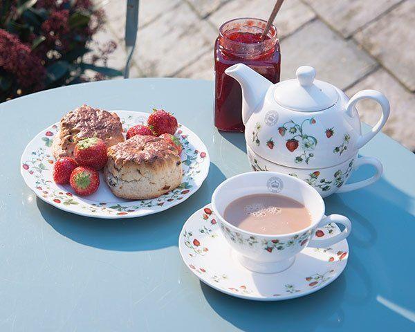 Tè, caffè, shortbreads e crumble di mele serviti con eleganza in pieno stile britannico. Piattini, tazze e teiere con fantasie floreali talmente vivide che ti faranno sentire il profumo dei fiori, come in un cottage nel Berkshire o in lussureggiante giardino del Somerset.