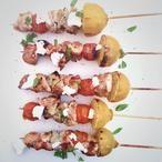 Deze kip spiesje met tomaat en artisjok zijn simpel om te maken en snel klaar op de barbecue! Weer eens iets anders door de artisjok en geitenkaas! Recept op Cookingdom, via bron