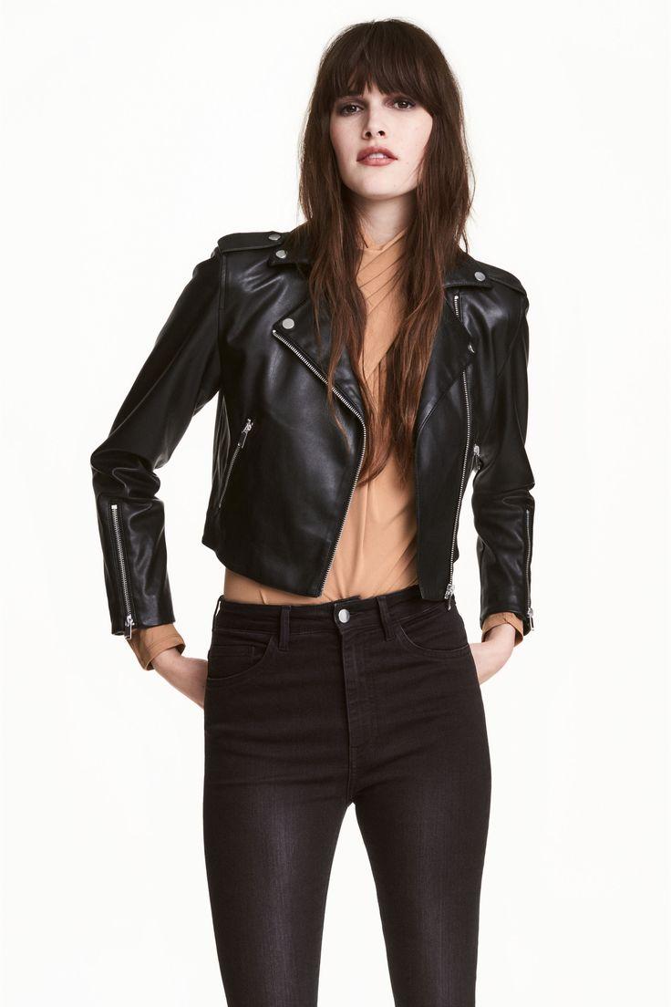 Косуха: Короткая куртка из искусственной кожи с косой молнией спереди. У куртки отложной воротник и лацканы с декоративными металлическими пуговицами. Погончики на кнопке. Передние карманы, снизу на рукавах молнии. На подкладке.