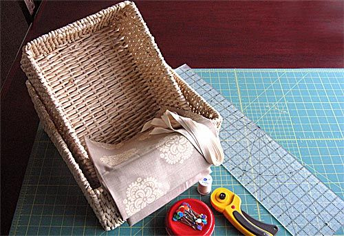 Capa para cestos – como fazer  por Cris Turek em 7 de julho de 2010 em Dicas, Faça Você Mesma    213 21 4         Você comprou uns cestos lindos e está sentindo que ficou faltando alguma coisa? Talvez seja uma capa interna.  Vamos aprender a fazer essa capa para cestos com as dicas da Sew 4 Home. Vamos conferir a lista de materiais:   tecido na metragem necessária  fita de algodão  linha na cor do tecido para costura  linha contrastante para o pesponto  régua e lápis de tecido  tesoura e…