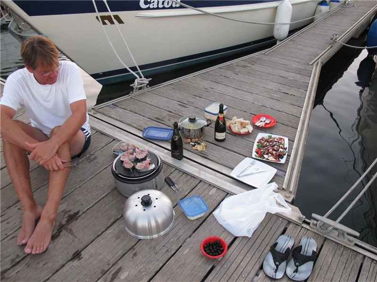 Koken op de boot? De Cobb BBQ is ideaal voor op de boot of op de steiger doordat hij koel blijft aan de onderkant.