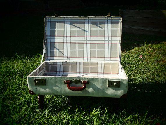 Mesa maleta lacada en blanco roto y patas torneadas de madera, y con interior forrado en un estampado de cuadros vintage #Koopera #Upcycling #Suitcase #Table #Suprareciclaje #Upcycle #Decoration #Redesing #Storage #Reciclaje #Reciclado #Maleta #Mesa #Forniture