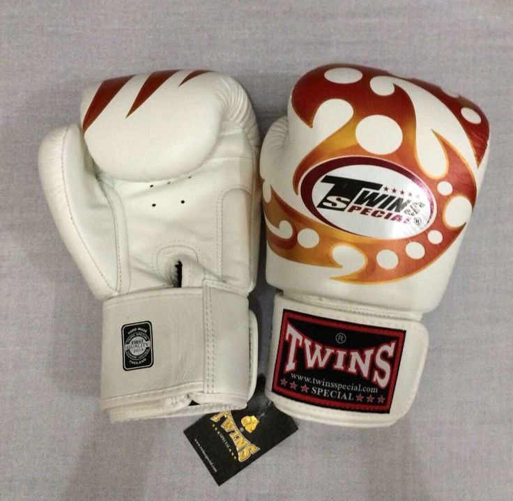 TWINS Razor White Twins Special Premium Leather  Made in Thailand  Size & Price: -   8oz: IDR 800,000.00 - 10oz: IDR 850,000.00 - 12oz: IDR 900,000.00 - 14oz: IDR 950,000.00  Contact: BOXAH Email: info@boxah.com Web: www.boxah.com Instagram: Boxahid Whatsapp: +6281295058111 BBM: 2B0D591A