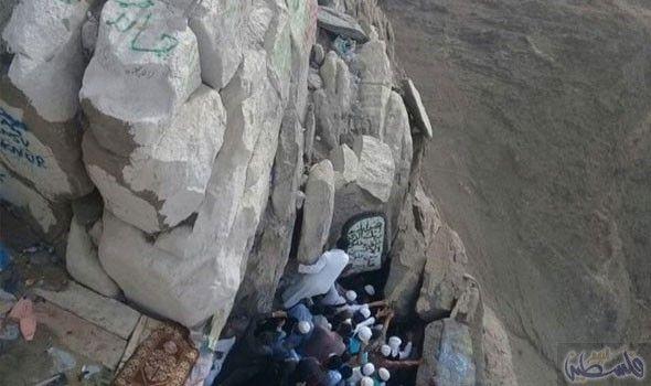 زائر يوثق صخور ا آيلة للسقوط أعلى قمة جبل النور في مكة Natural Landmarks Landmarks Mount Rushmore