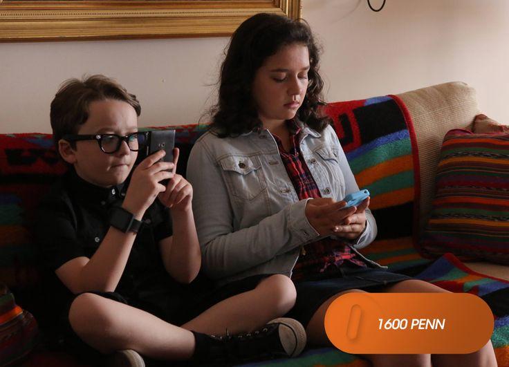 Emily tenta passar tempo com Marigold e Xander, que lutam com a ausência de tecnologia no rancho. 1600 Penn - Domingos, 10h  #EuCurtoFOX Confira conteúdo exclusivo no www.foxplay.com