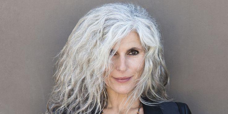 Regelmatig zie ik reclames langs komen over grijs haar. Of blijkt je haar grijs te kleuren een nieuwe hype te zijn. In modebladen komen in ene grijze kapsels voorbij bij jonge dames of wordt er aangegeven vooral je grijze haren niet te kleuren omdat dit nu de mode is. Nu ben ik zelf zo iemand…