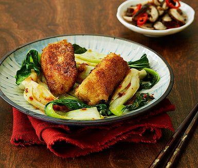 Tänk fiskpinnar, fast på ett på nytt, fräscht och lite lyxigare sätt! Det asiatiska ströbrödet panko ger torsken en extra krispig panering. Bjud den frasiga fisken med pak choi som får smak av ingefära och sichuanpeppar samt champinjoner i en god inläggning.