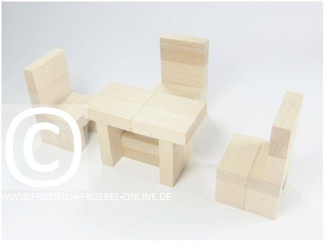 Lebensform mit den Holzbausteinen der Spielgabe 6 nach Froebel -> Tisch mit 3 Stühlen