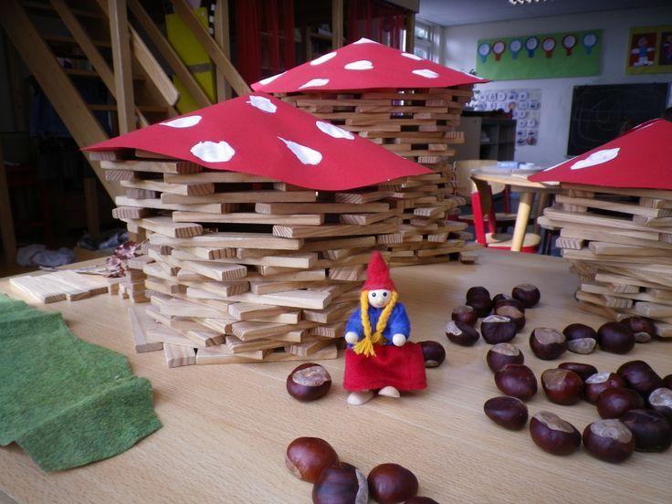 Bouw-idee. Geef de kinderen een paddenstoelhoed en laat ze zelf het huisje eronder bouwen. Leuk als coöperatief werk.
