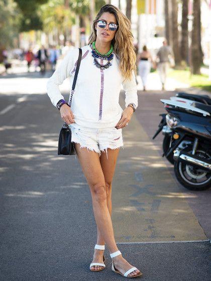 Weiße Shorts, weißes Top und weiße Sandalen, fertig ist der Allover-Look in der Sommerfarbe Weiß! Wem das zu eintönig ist, setzt einfach bunte Accessoires oben drauf.