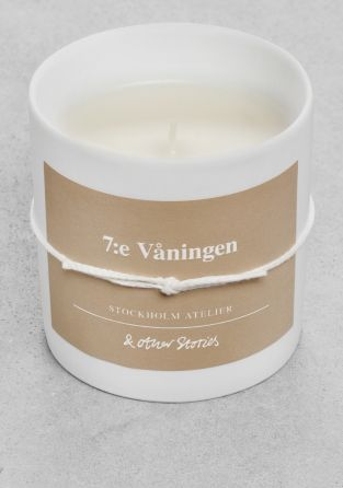 & OTHER STORIES Swedish '7:e våningen' is named after the 7th floor in our Stockholm Atelier, where our graphic elements come to life.  With layers of lingering wood, dark suede, dry papyrus and delicious raspberries, our 7th floor is filled with a smooth yet strong essence.   Our collection of scented candles is created in collaboration with renowned New York-based perfumer Jérôme Epinette of Robertet.