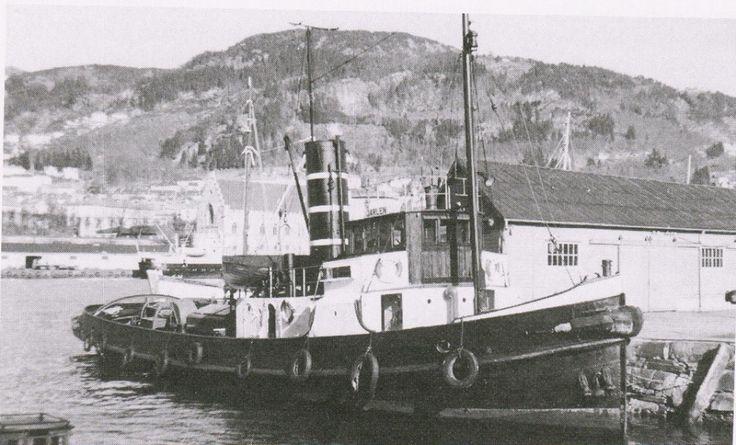 """I boken """"Bergenske Byen og Selskapet"""" av Dag Bakka jr. finner vi en d.s. """"Jarlen"""" (bildet)"""" bygget i 1920, kjøpt til Bergen i 1957 av Bukserbåten Jarlen A/S. I 1961 ble båten overtatt av Bergenske med Th, Schøtt som disponent. Solgt i 1965 til Einar Cook, Nyhavn til opphugging. Mulig det også vært en annen """"Jarlen"""", men det er ukjent for meg. Foto ukjent. Av Ove W."""