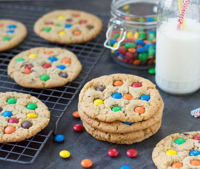"""Het recept voor lekkere, makkelijke M&M koekjes met chocolate chip. Lekker """"chewy"""" aan de binnenkant en iets knapperig van buiten. Perfect!"""