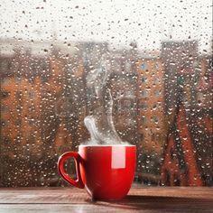 Cocer al vapor taza de caf� en una ventana de d�a de lluvia photo …