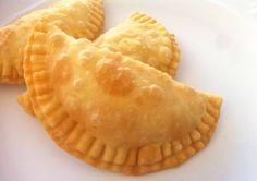 Υπέροχα τραγανά τυροπιτάκια, για συνοδευτικό στο κυρίως γεύμα, για πρωϊνό, για το σχολείο, για το γραφείο. Μια συνταγή για υπέροχα τυροπιτάκια με δική σας