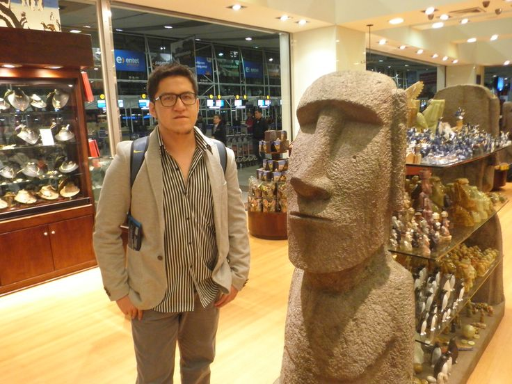 En el aeropuerto de Santiago puedes toparte con esculturas como esta. Como antojándote la Isla de Pascua / #viajes #travel #viajesmuseo #traveller #travelling #vacation #placestovisit #trips