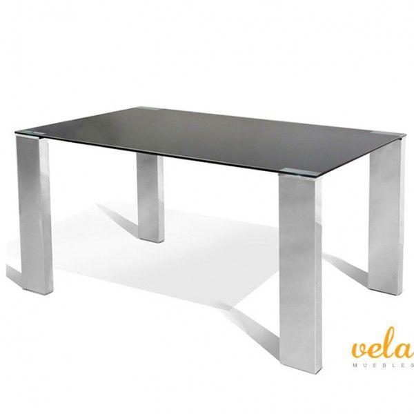 Mesa para comedor de líneas rectas y vanguardistas. Mesa fija con encimera de cristal templado en color negro de 10mm y patas cromadas en estructura en madera recubiertas de acero inoxidable.