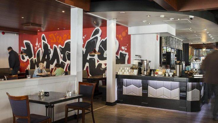 Paikallisuus valttina ravintolassa ja jokaiselle jotakin. Pöydät on veitikkamaisesti nimetty Vantaan kaupunginosien mukaan.