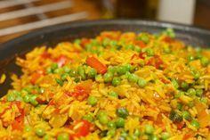 Geen Valenciaanse paella met zeevruchten, maar een binnenlandse paella met kip. Paella kan op heel veel manieren gemaakt worden.