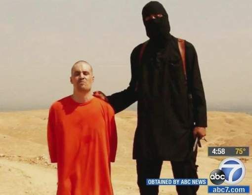 """""""Moeder 'Jihadi John' wist al bij eerste onthoofdingsvideo dat het haar zoon was""""  Deze gaat over de ouders van 'Jihadi John' .  Zijn ouders werden ondervraagd en dit schokt mij . Hij brengt een zekere schuld op de schouders van zijn ouders, wie wilt er een zooon dat mensen vermoordt en in gevaar leeft ? De eerste personen die op terroristen boos zijn, zijn hun ouders ."""