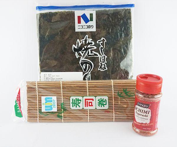 Nori Yaki Sushi Hane + Sushi Mat Coklat + Bubuk Cabe - Gu Ichino10 Gu Ichino10: - 1 sushi mat coklat - 1 Yaki Sushi Hane @10 lembar - 1 ichimi togarashi 40g