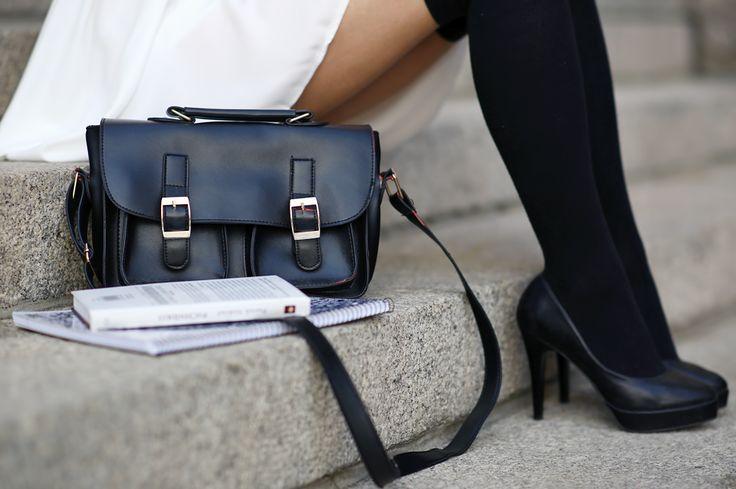 Biała sukienka, czarne zakolanówki i torebka listonoszka | Ari-Maj / Personal blog by Ariadna Majewska