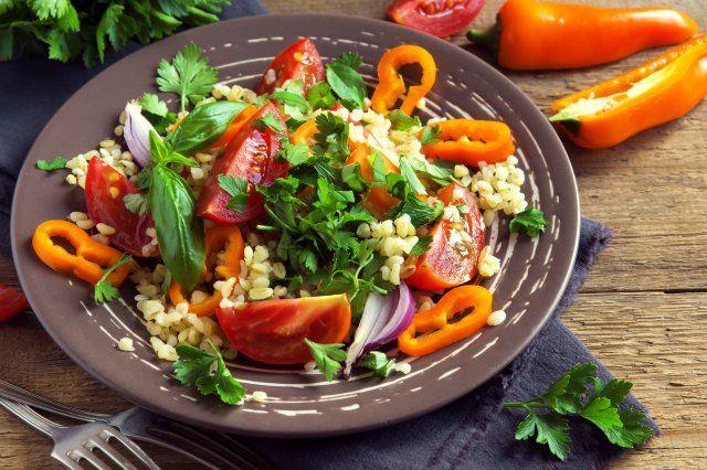 Couscous-Salat: leckere und einfache Rezepte für den orientalischen Salat in allen Variationen - zum Beispiel mit Minze, Granatapfel, kalorien- und fettarm oder mit Joghurt.